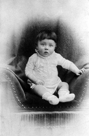 314px-Bundesarchiv_Bild_183-1989-0322-506,_Adolf_Hitler,_Kinderbild_retouched